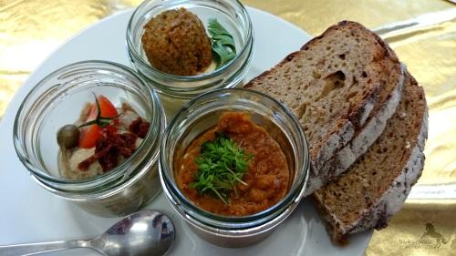 v.l.n.r.: Melanzaniaufstrich, Hummus mit Falafel, Linsenaufstrich